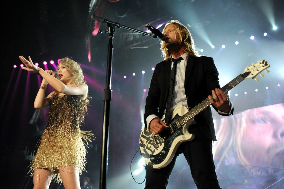 Switchfoots_Jon_Foreman_and_Taylor_Swift_sing_Meant_to_Live